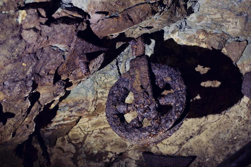 Verktøy og gjenstander av jern blir fort angrepet av rust i Gammelgruva. Her er ei talje som er igjen etter drifta.