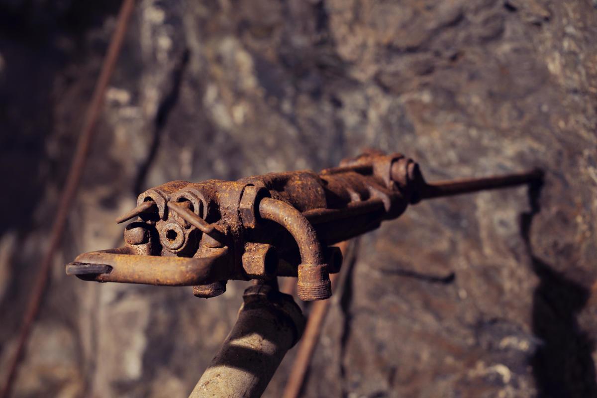 På 1900 tallet kom det luftdrevne boremaskiner som gjorde jobben til bergmannen enklere. På turen i Gammelgruva står en del av de som var i bruk i driftstiden utstilt.