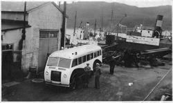 Buss på Kaarbøverkstedet. I bakgrunnen ligger lokalbåten D/S