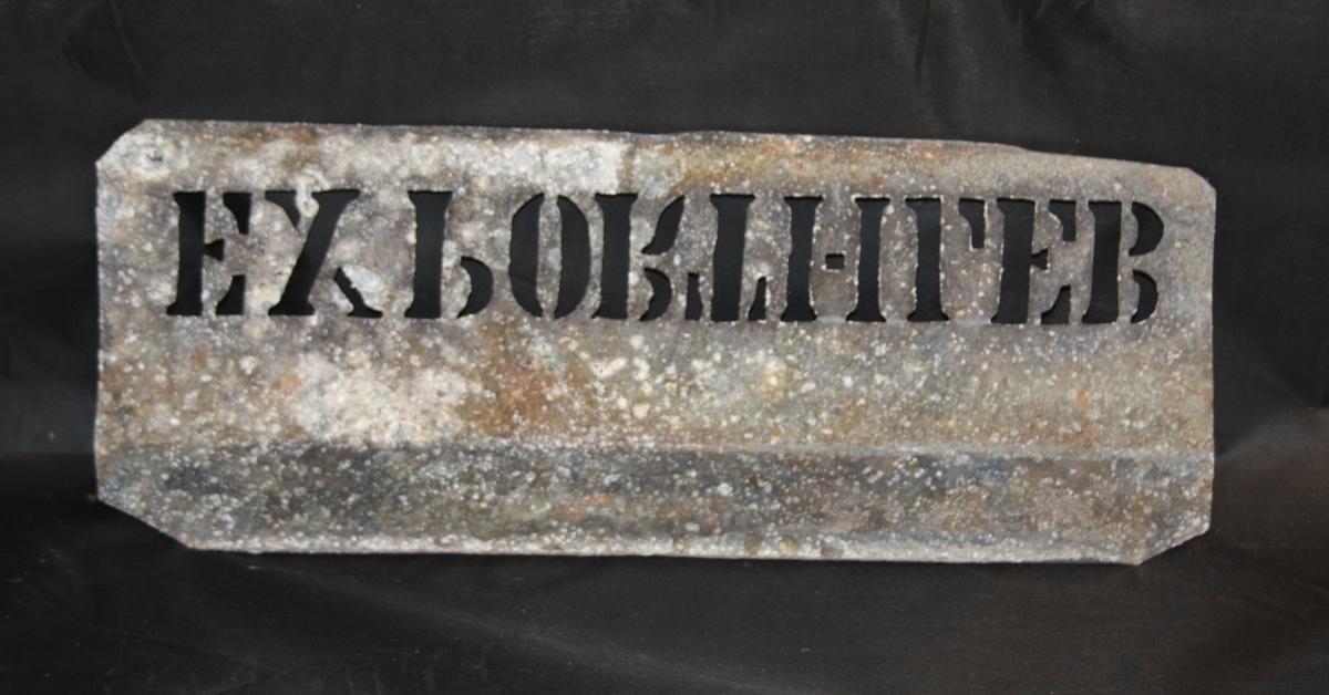 Form: Rektangulær metallplate med perforert/utstansa skrift til bruk for å merka sildetønner.