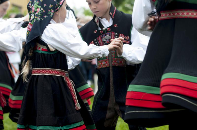 Barn i setesdalsbunad danser (Foto/Photo)