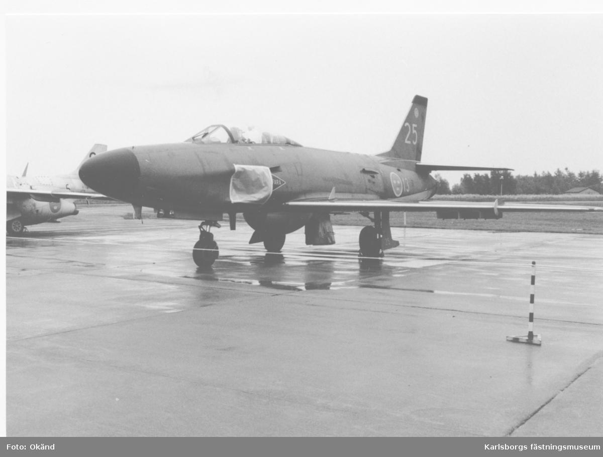 """F6 Karlsborg. 50-årsjubileum och flygvapnets huvudflygdag  4/6 1989. SAAB 32 """"Lansen""""."""