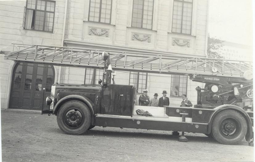 Kalmar Brandkårs första stora stegbil utanför Brandstationen omkring 1934-35 t.v Brandchefen Florin längst till höger  bilbesiktningsman Folke B Sundberg.