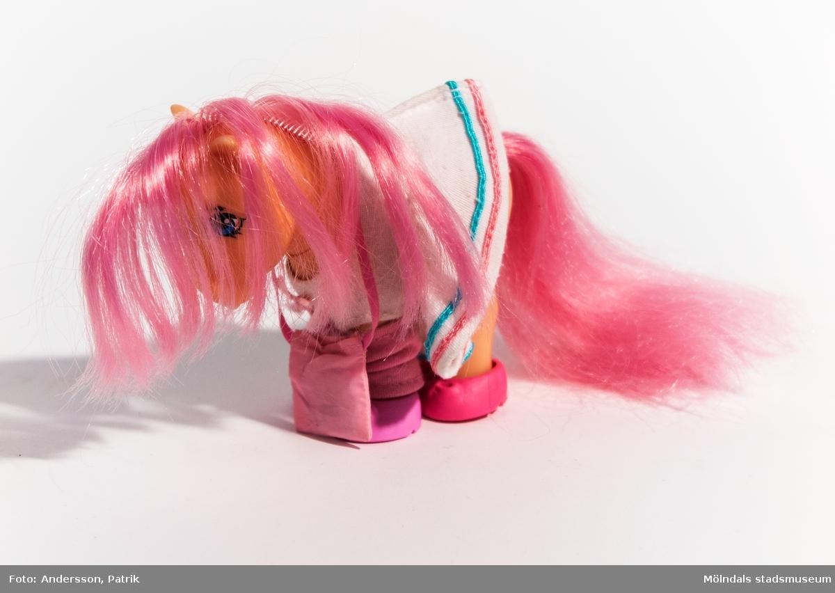 My Little Ponyn, Peachy.  Peachy är en beigefärgad häst med rosa man, svans och blå ögon. Hennes symbol som sitter på hennes flankel, är 12 st rosa hjärtan på högra sidan och 11 st på den vänstra.   Hon har även på sig vit tennisklänning, 1 par rosa benvärmare, rosa skor (4st) och en rosa axelbandsväska.  Hästen Peachy lanserades tillsammans med ett stall som var hennes bosatad. Peachy ingår i Generaton 1 av My Little Pony. Generation 1 tillverkades mellan 1982-1995. Sedan lanserades Generation 2, 1997 och Generation 3, 2003. My Little Pony började säljas i Sverige 1983.