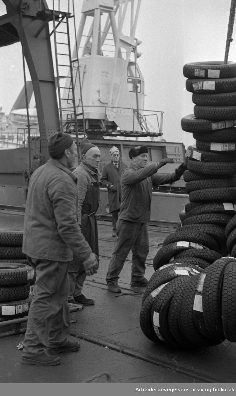 Lossing av bildekk fra tysk skip på Oslo havn. Februar 1974.