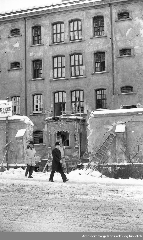 Hovedpolitistasjonen, Møllergata 19. .Rivingen av fengselsfløyen ut mot Grubbegata i 1976.
