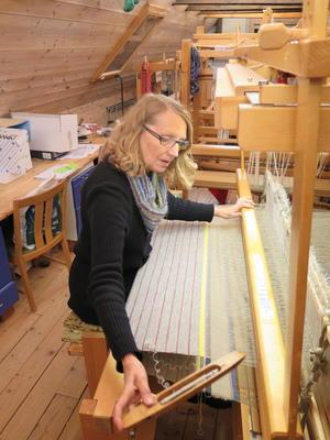 Kvinne vever på vevstol (Foto/Photo)