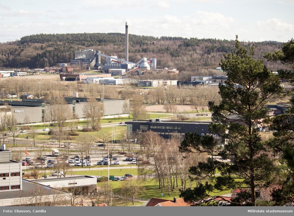 I fonden syns Riskulla som ursprungligen var några gårdar på en kullig och risbevuxen mark i Balltorp. År 1984 byggdes fjärrvärmeverket Riskullaverket (Mölndals Energi), vilket för det gamla ortsnamnet vidare. I förgrunden syns Pedagogen Park (f.d Lärarhögskolan) som invigdes 1974. Den ljusgrå byggnaden till vänster är KappAhls lager och den mörkgrå, låga byggnaden till höger är elektronikföretaget P Dahl (Gammagatan 1). Framför detta företag går landsvägen Frölundagatan.