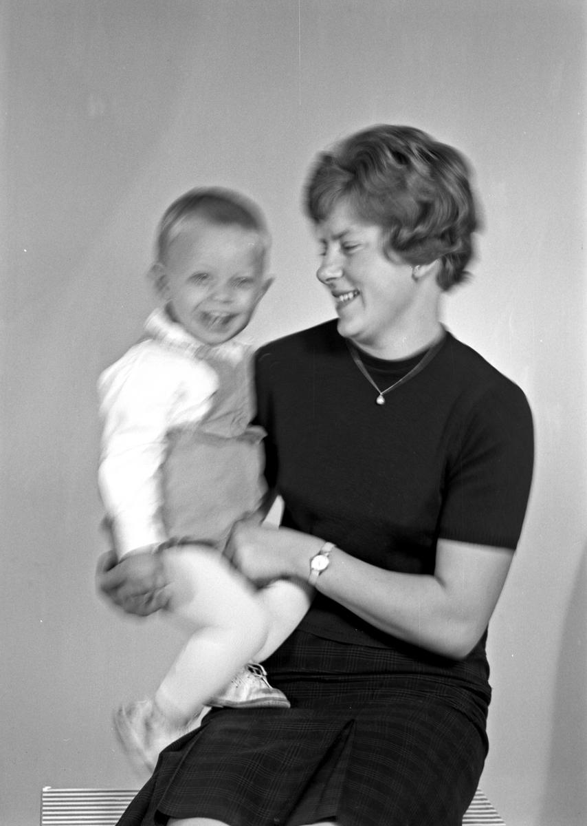 Portrett av en ung kvinne og en liten gutt - bestiller John Strømme