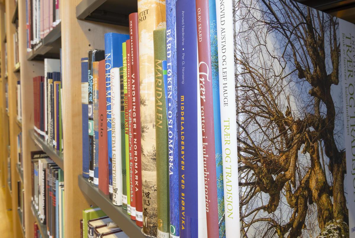 Bøker fra biblioteket på Norsk Skogmuseum.