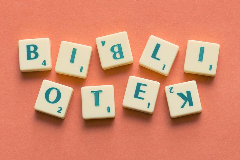 Bibliotek skrevet med bokstaver. Scrabble.