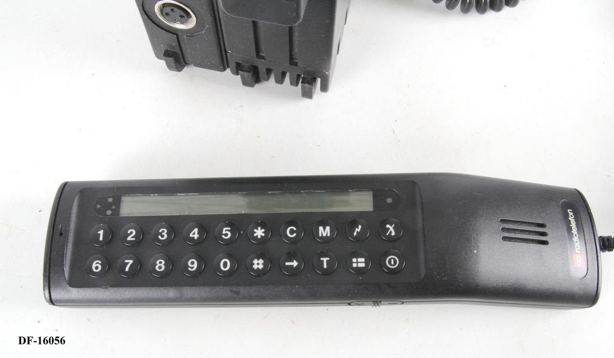 Bærbar mobiltelefon med håndtak og antenne.
