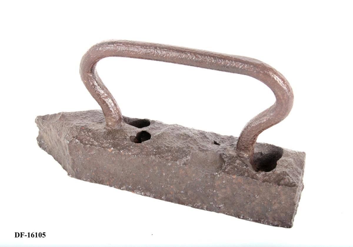 Selve jernet er i ett rektangulært stykke. Enden er rett, avkuttet. Smalner inn foran og ender i en tykk spiss. Ovalt håndtak.