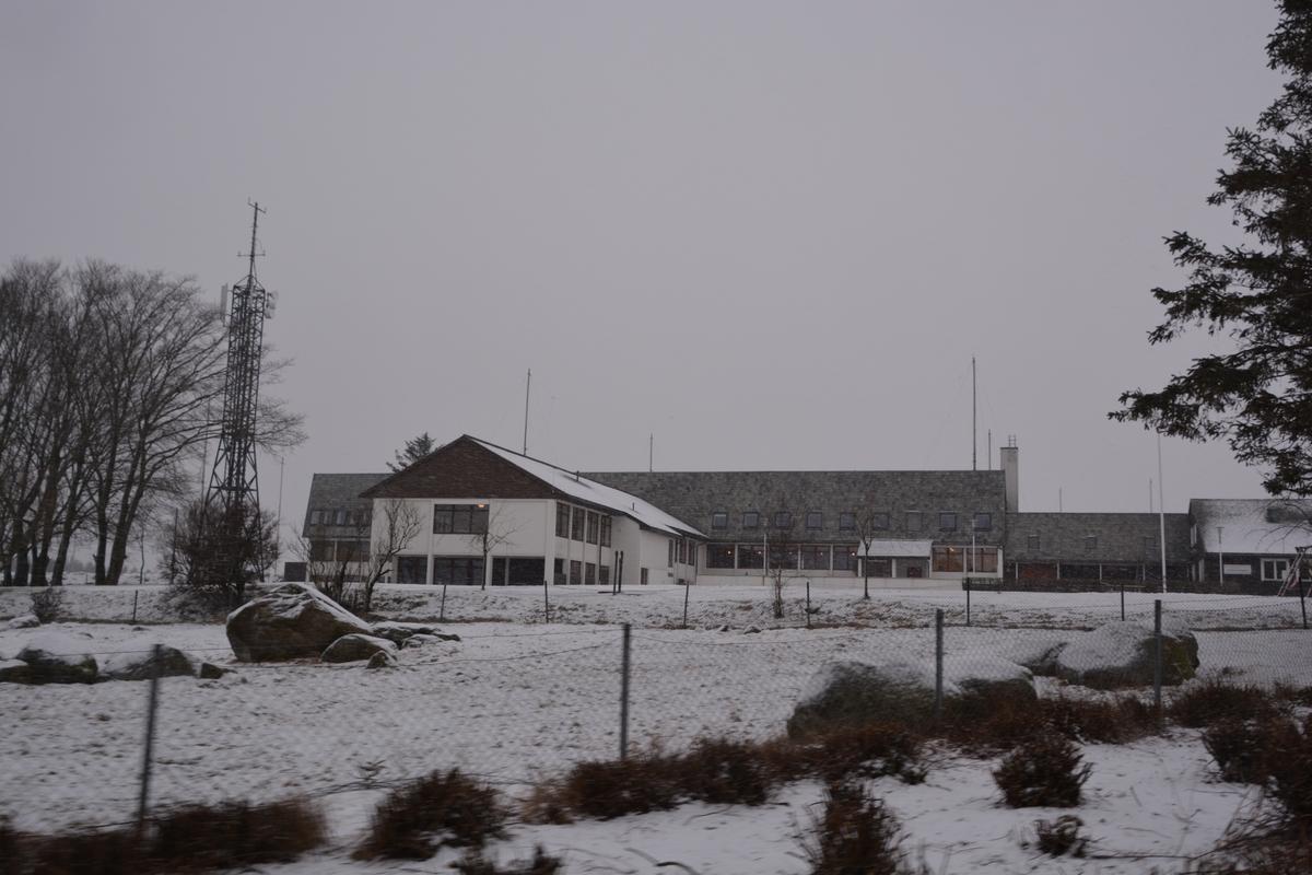 """Mottakerstasjonen for Rogaland radio var en kystradiostasjon for radiokommunikasjon på kortbølge med skip på global basis og lokalt for Nordsjøen med telefoni, telegrafi og radioteleks. Huset ble primært bygd til avløsning for Bergen radios kortbølgeavdeling og tillagt Stavanger radios kystradio. Rogaland radio var en av verdens største og mest avanserte kortbølgestasjoner for maritim telefon- og telegramtrafikk.  Huset er bygd i """"moderne stil"""", og er godt bevart, spesielt foajeen. I 1981 fikk huset påbygd kontorfløy mot sørvest til utvidelse av kystradiotjenesten og maritimt radiosenter."""
