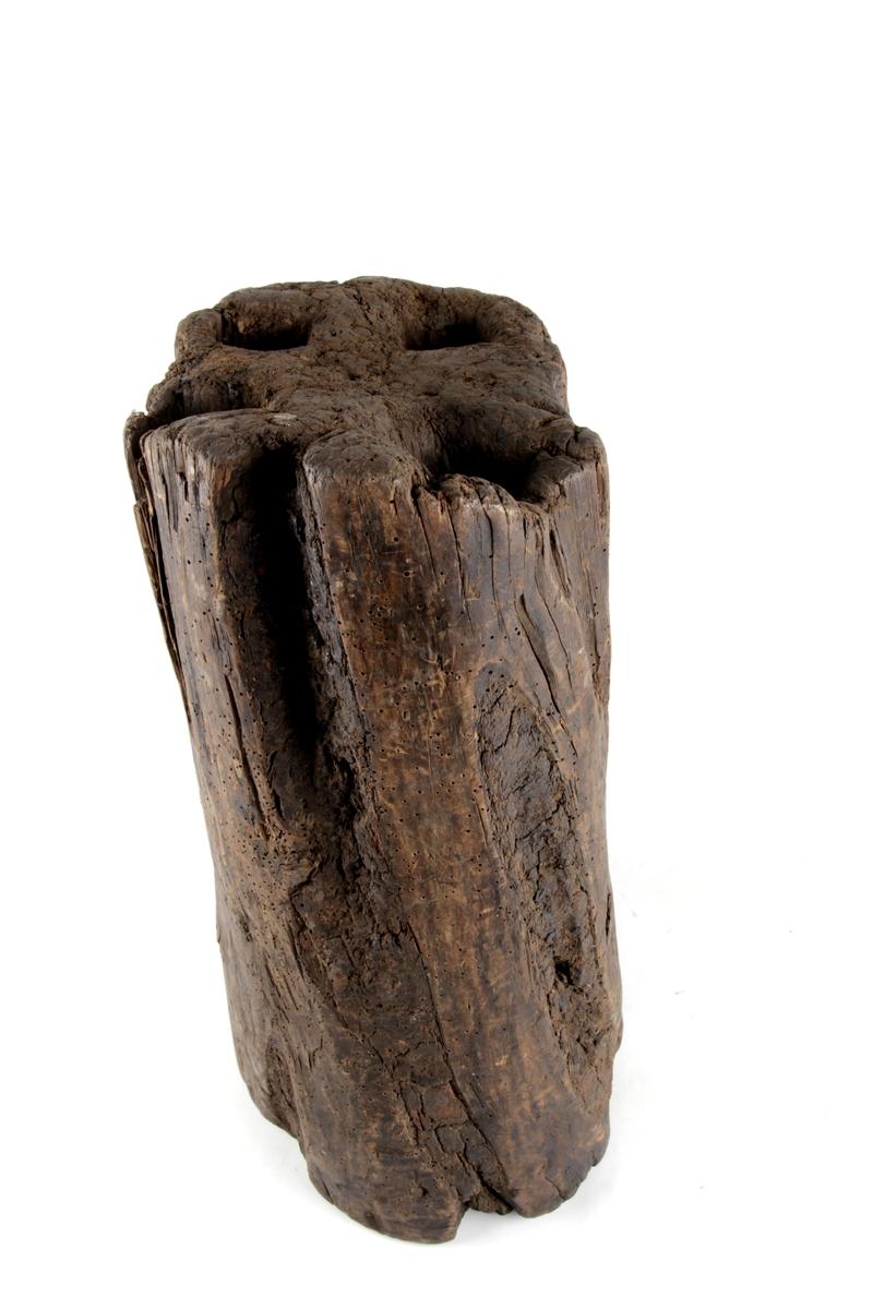 Smiestabbe med fire dype hull i stabbens overside.