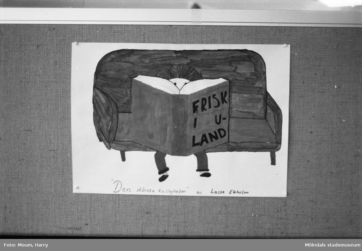 """Ungdomsförfattaren Lasse Ekholm besöker Kållereds bibliotek, år 1984. """"Kålleredselevernas reaktion och teckningar på Lasse Ekholms """"Den största kusligheten"""".""""  För mer information om bilden se under tilläggsinformation."""