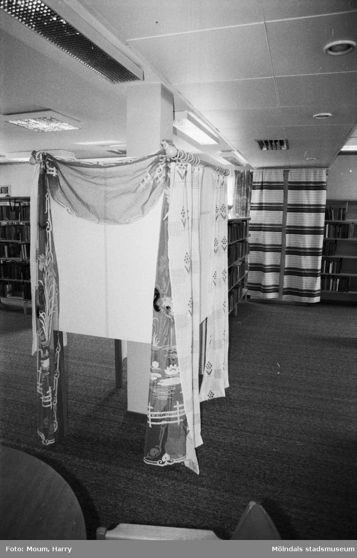 Kållereds hembygdsgille har gardinutställning på Kållereds bibliotek, år 1984.  För mer information om bilden se under tilläggsinformation.