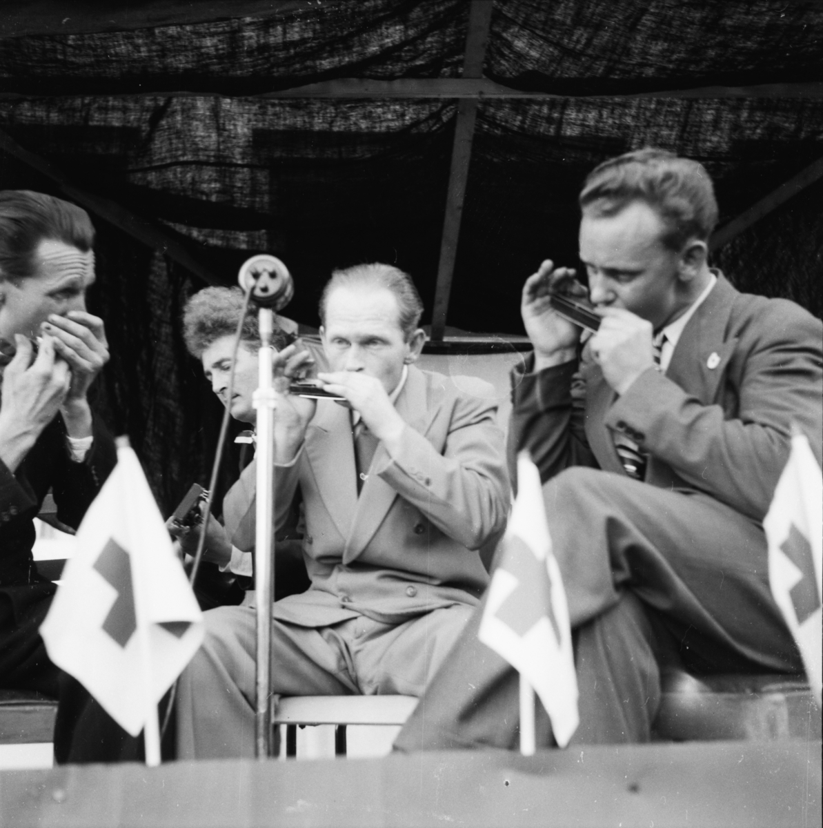 """Vardens arkiv. """"8 mai arrangement på Rådhusplassen, Skien""""  08.05.1954"""