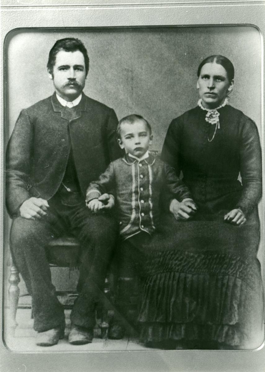 Portrett av en familie med mann og kone og deres barn.