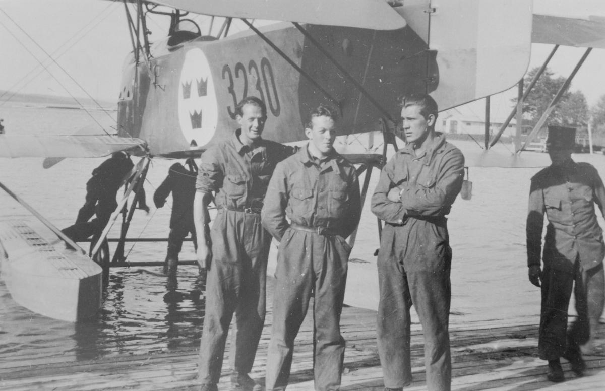 Grupporträtt av militärer framför sjöflygplan S 1 på flygstationen i Karlsborg.