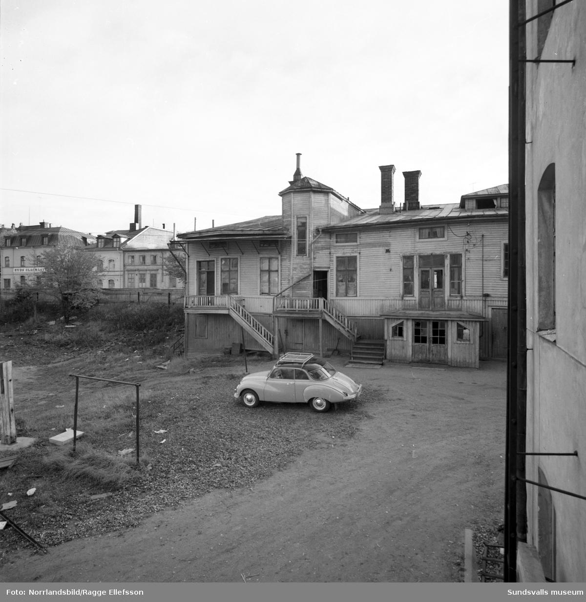 Bakgård i kvarteret Guldsmeden. Fotograferat österut från rivningshuset vid Hovrättsbacken 1.