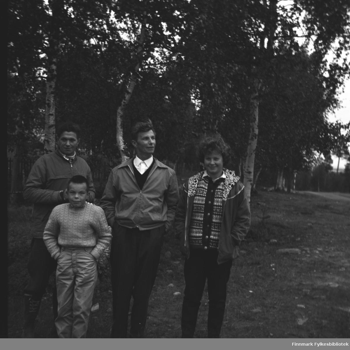 Fire personer fotografert foran skogen i Neiden. De er fra venstre: Hermann Karikoski, Gunnar Grunnfos, Eino Drannem  og Turid Karikoski.