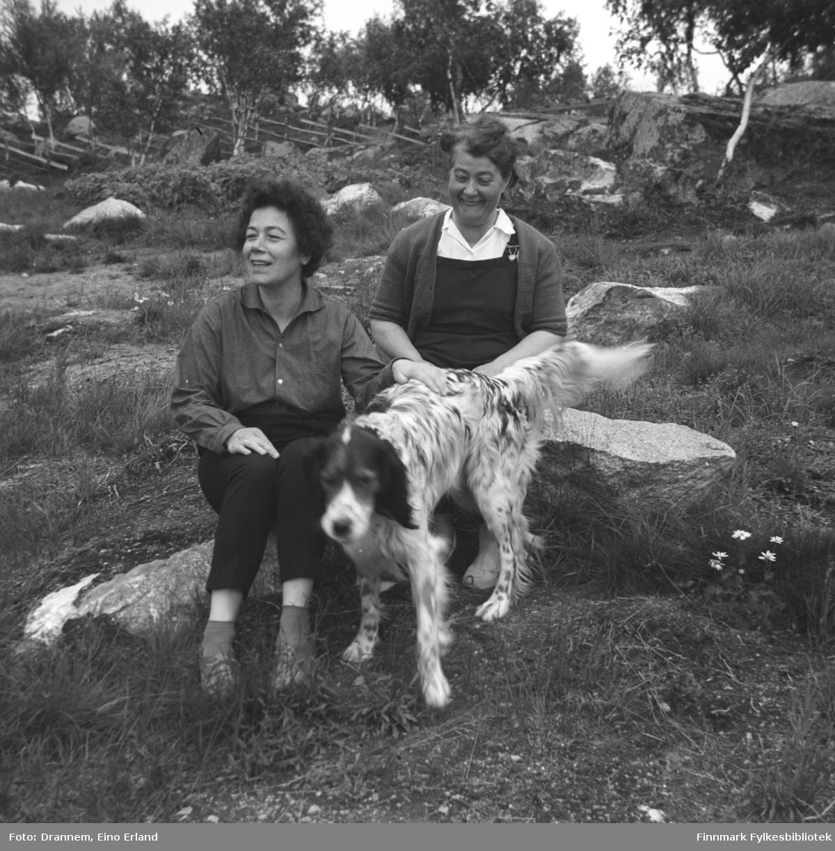 Jenny og Sonja på tur med hunden Rexi.