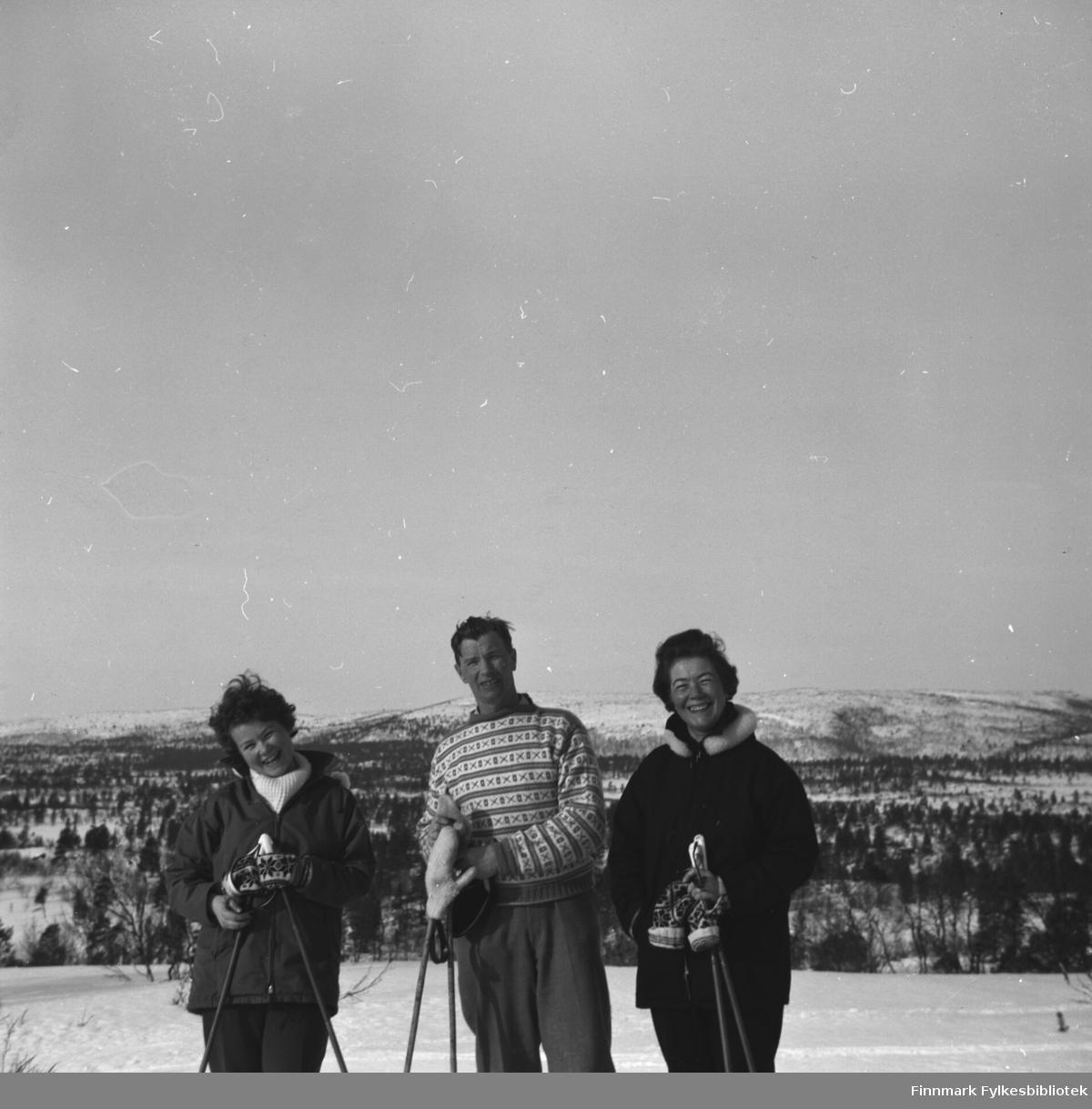 Familien på skitur. De er fra venstre: Turid Karikoski, Eino Drannem og Jenny Drannem. Stedet kan være Luolajärvi.