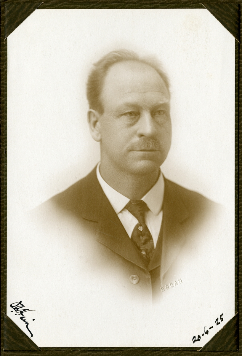 Portrett i halvfigur av Ole Andersen Hain.