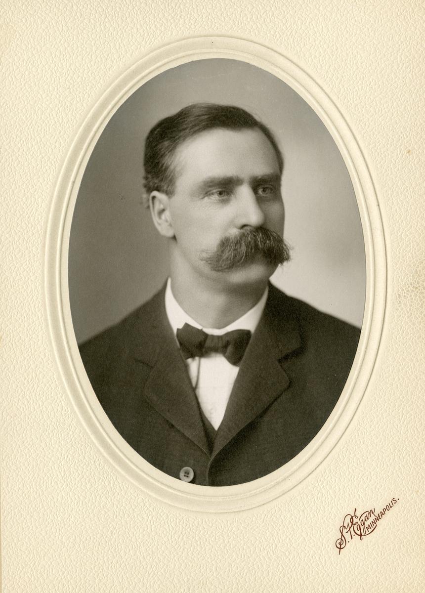 Portrett i halvfigur av Iver Andersen Hain.