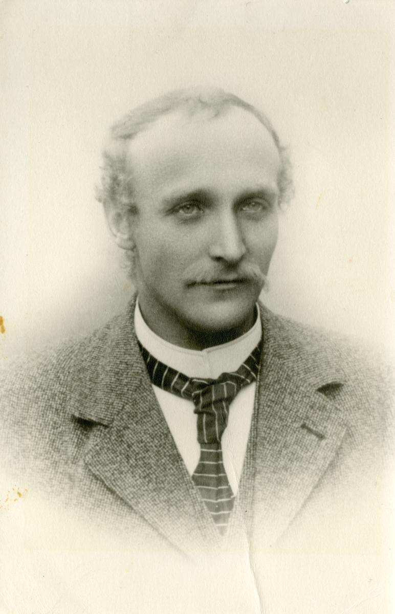 Portrett av Hans Islandsmoen, rundt 30 år.