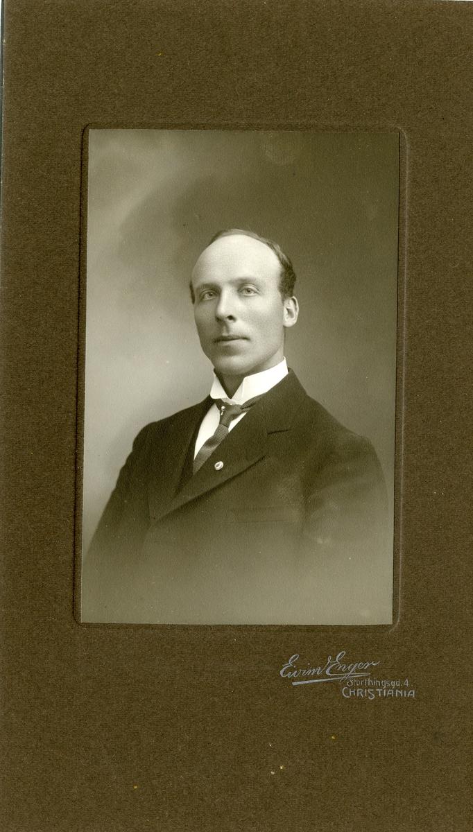 Portrett av gullsmed Ole K. Hagen.