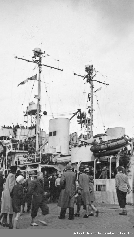 Serie med fotografier fra okkupasjonsårene og frigjøringsdagene i Oslo, tatt av Ole M. Engelsen..Norsk publikum ombord på engelske marinefartøy..Datert 14 mai 1945.