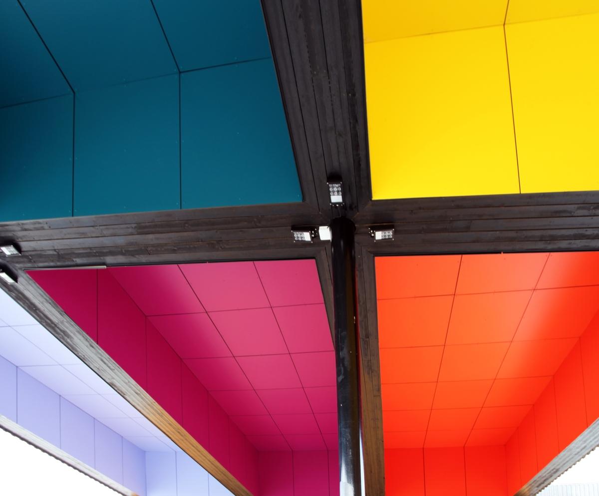 Josefine Lyche benytter såkalte Trespaplater som materiale, som er modulerte byggeplater i høyttrykkslaminat. Ni kalde og varme fargesjatteringer fyller hver sin kassett i taket. De geometriske, rettvinklede formene og bruken av fargeplater gjør kunstverket strengt og disiplinert i formen, men tanken bak det, er at det gjennomtenkte fargemønsteret danner en metafysisk portal mot himmelen. Fargene er valgt ut fra alkymiens prinsipp om naturens hovedelementer, luft, ild, jord og vann, og symboliserer et landskap der luft møter jord, vann møter ild og kunst møter natur og arkitektur