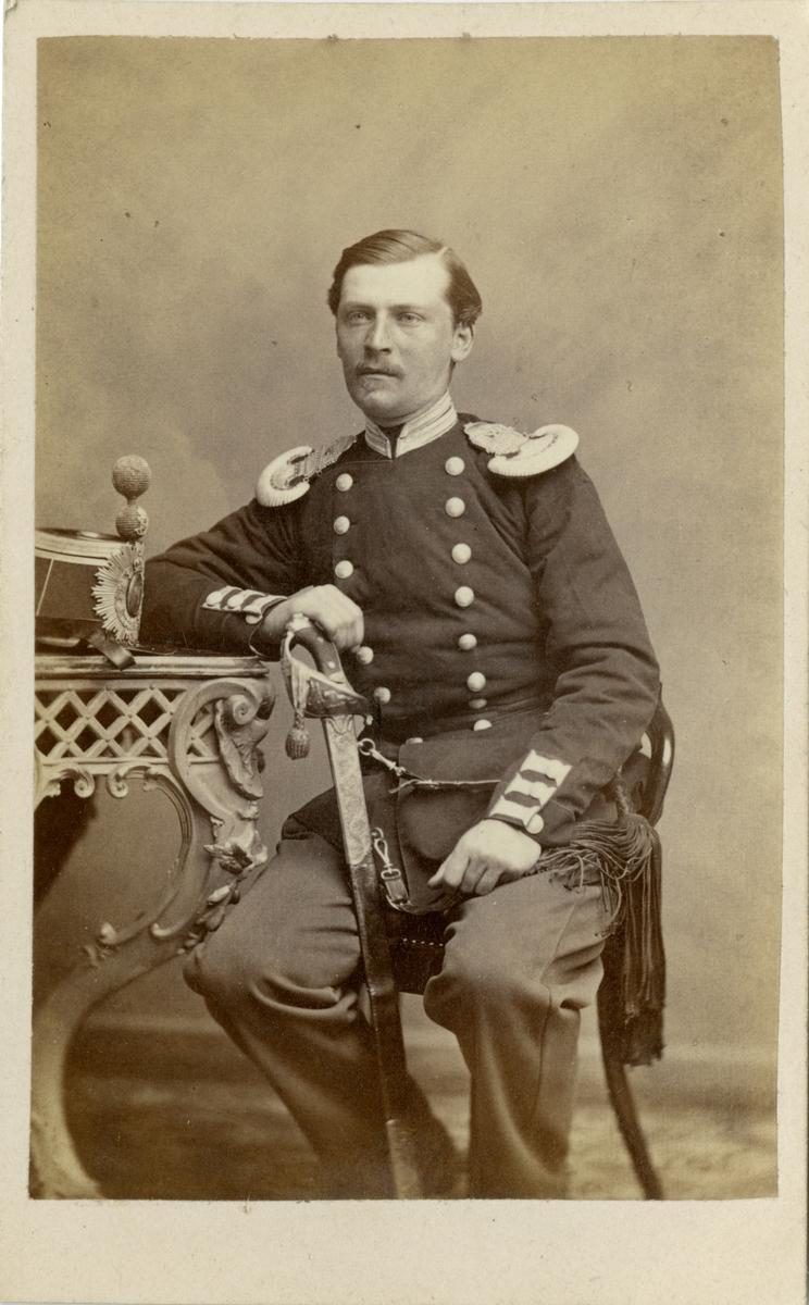 Porträtt av Otto Vilhelm Claes Johan, löjtnant vid Andra livgrenadjärregementet I 5. Se även bild AMA.0009786.