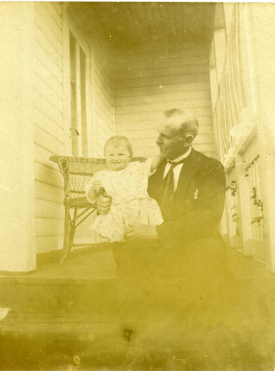 Portrett av Sigurd Islandsmoen sammen med sin datter Randi, på ca 1 år.