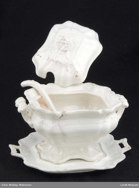 Form: 8-kantede sider i bølger. utpresset dekor langs munning og fot på kopp, topp på lokk, kant og hanker på skål og skaft på øse