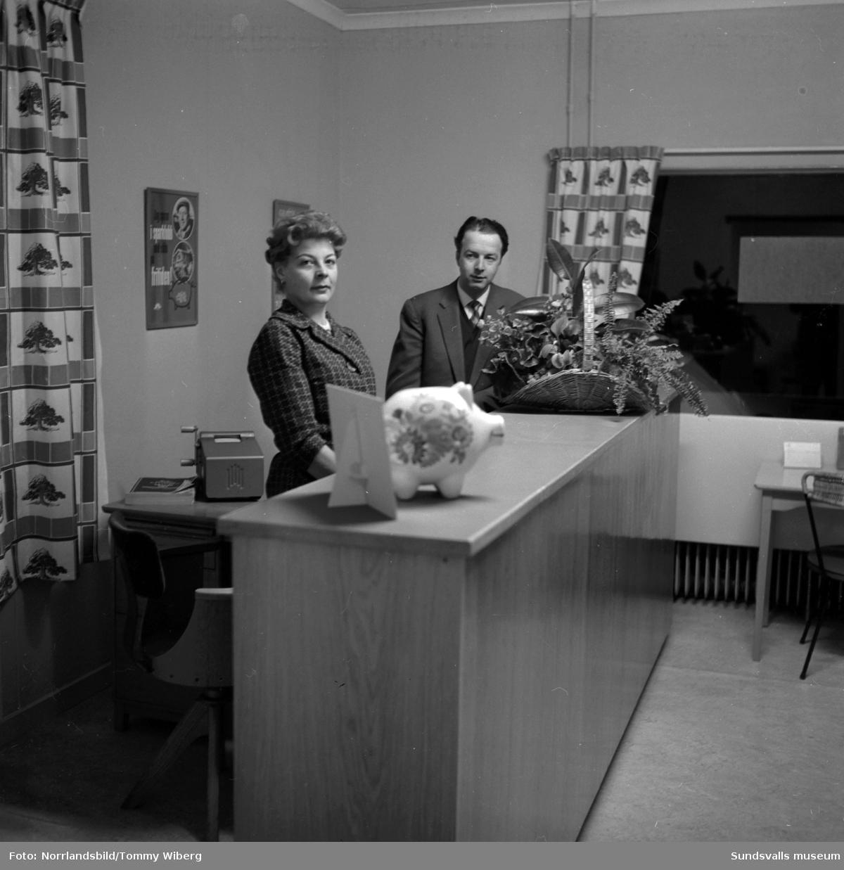Två bankanställda bakom disken vid Sundsvalls Sparbank.