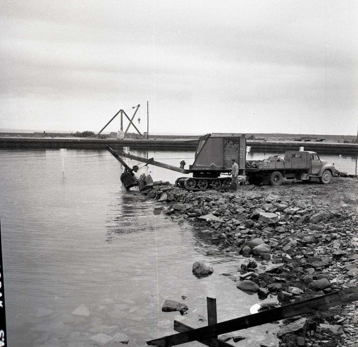 Sandviks hamn ombygges i september 1957.
