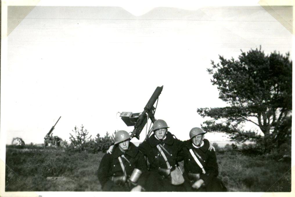 Luftvärnsövning (3 man i bild).
