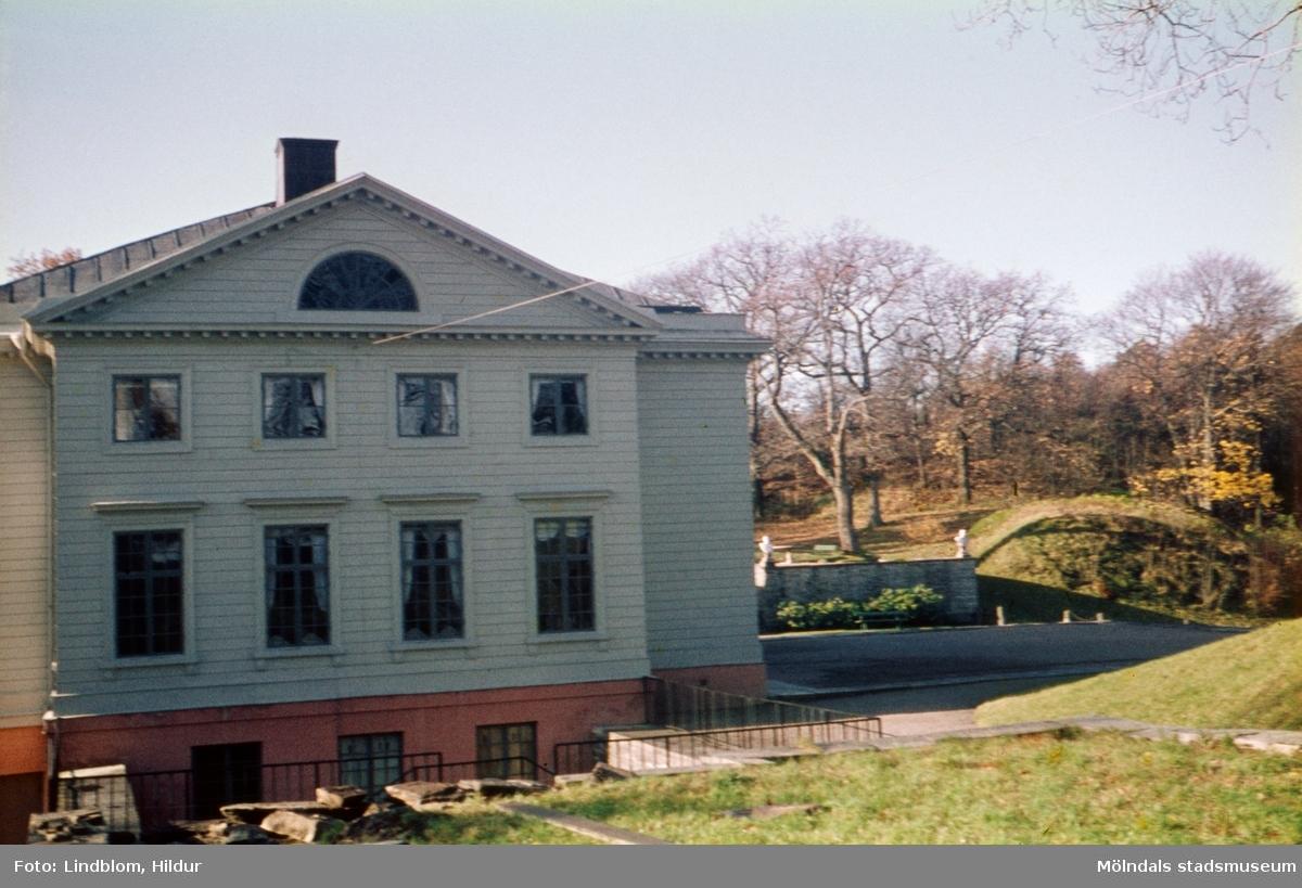 Gunnebo slotts östra fasad. Mölndal, 1960-1970-tal. Till höger om slottet ses del av kajsarterrassen.  För mer information om bilden se under tilläggsinformation.
