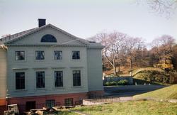 Gunnebo slotts östra fasad. Mölndal, 1960-1970-tal. Till hög