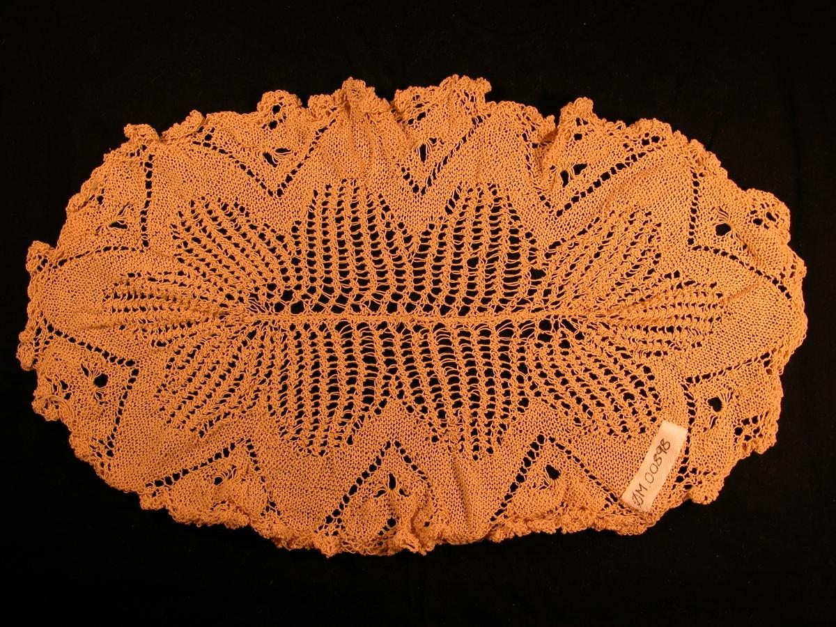 Ei line langs midten, 10 blad rundt denne, og er strikka i lausare strikk enn det omkringliggjande mønster.