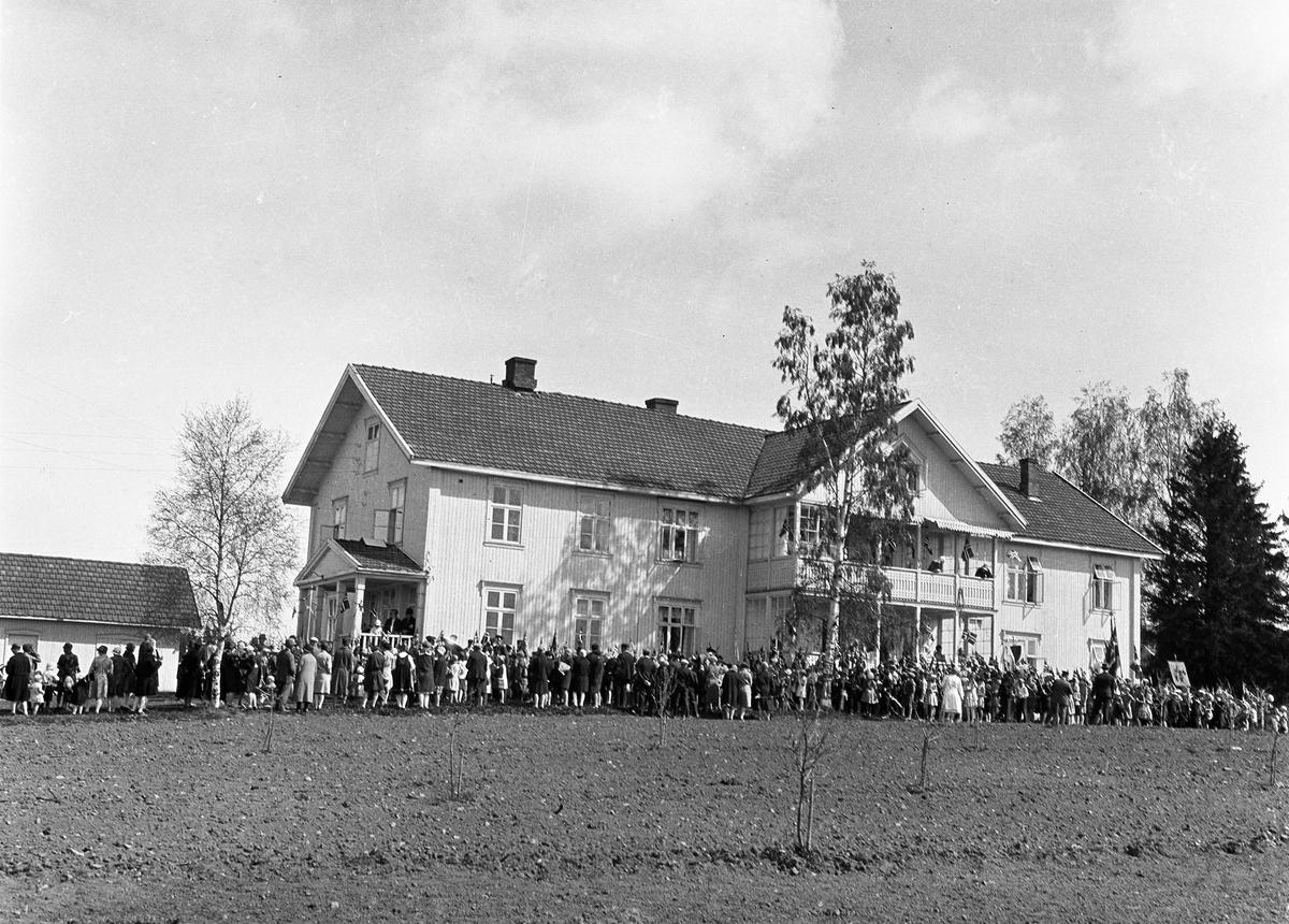 17.mai-opptog ca. 1930, Lena, Østre Toten. Samling ved Østre Toten Sykehus.