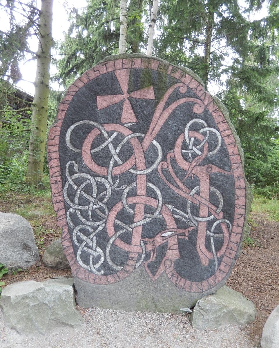 """Runsten med inskrift, tolkat som: """"Björn, Ödulv, Gunnar, Holmdis läto resa denna sten efter Ulv, Ginnlögs man. Och Åsmund högg"""""""