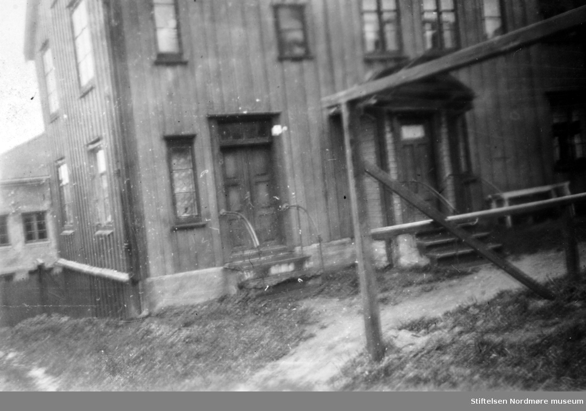 Den såkalte Rovengården i Spanskesmuget 3 på Innlandet, sett fra fasade øst. Skal være det første skolehus på innlandet, og er fra 1750 årene. Gården har vært betydelig utvidet og modernisert, men kjernen gir fortsatt et meget primitivt inntrykk. Rommet er 4 meter langt og 5 meter bredt. Bildet er datert Oktober 1944. Ellers, se Yderstands notater VI side 80, samt Nordmøre Historielags årsskrift 1944. -Dette bildet er fra Skippergata 5b. Her har det også vært skole. (info: NSSN Arnfinn Herkedal).    Nordmøre Museums fotosamling