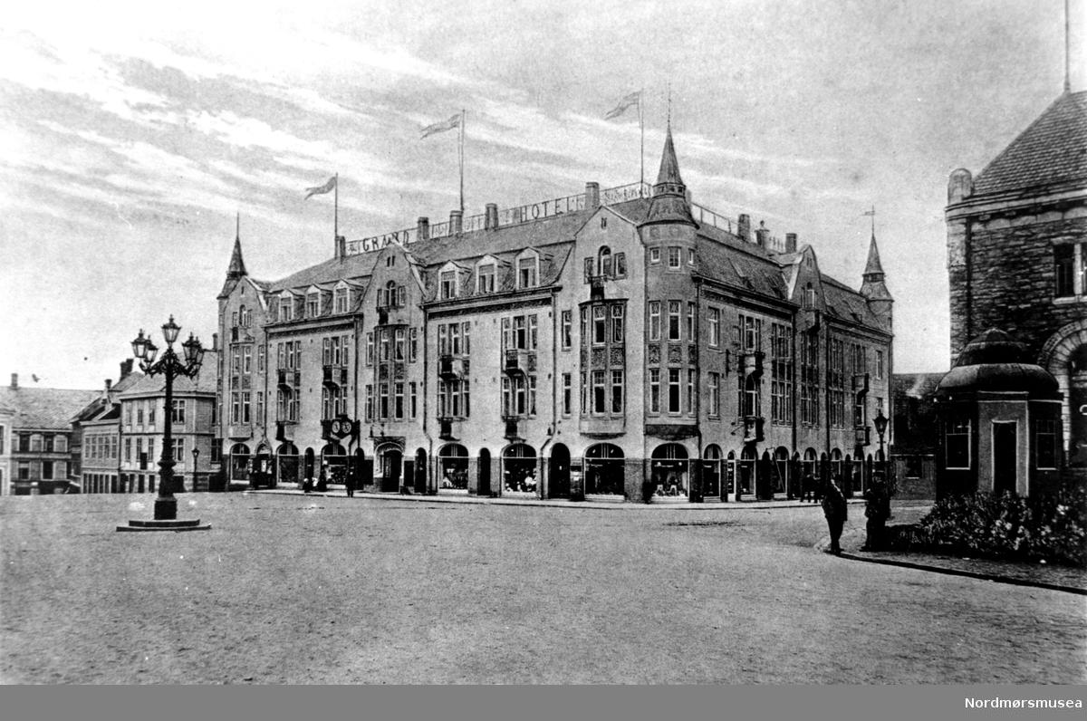 Foto av Grand hotell II på Kirkelandet i Kristiansund. Norges bank og Narvesenkiosen sees ytterst til høyre. Fra Nordmøre museums fotosamlinger. EFR2015