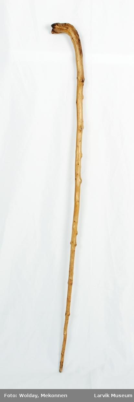 Form: masse kvister. kilekuttet i foten