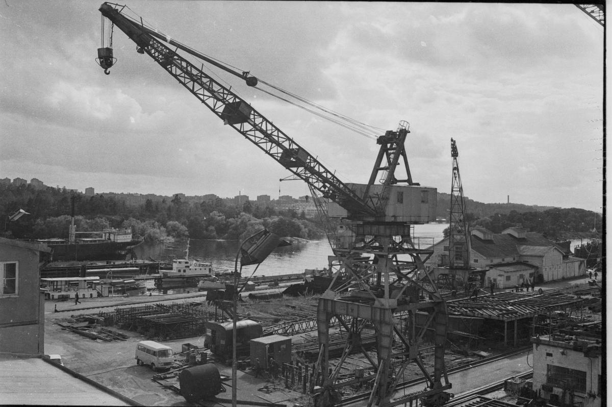 Ekensbergs varv 1970; varvsområdet sett mot sydväst, mot Mörtviken och Rävudden. T v kan urskiljas bogserbåten BRAGE (urspr. LINGARÖ), passagerarfartyget EJDERN och pråmen MONARK (urspr. lastångfartyget MASILIA).