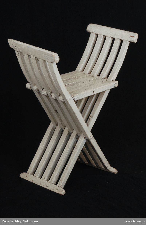 """Form: armlener og ben i ett, består av 5 sprosser som  krysser hverandre. festet med trenagler. setet dannes av 10 sprosser, festet med trenagler. modell etter italienske renessansestoler(se fig. 58 i Kielland: """"Møbelkunstens historie)"""